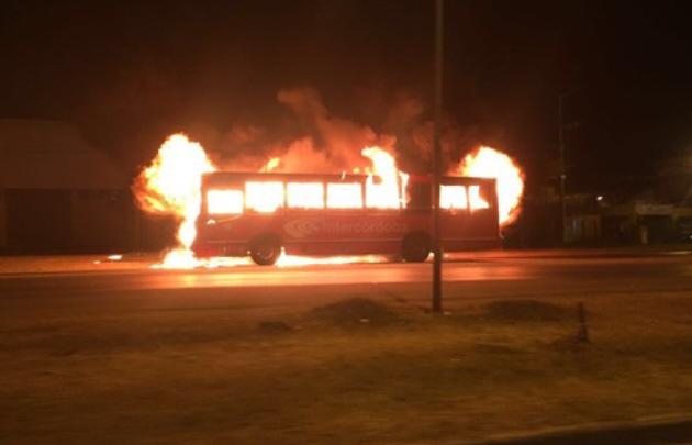 Se incendió por completo un colectivo de la empresa Intercordoba.