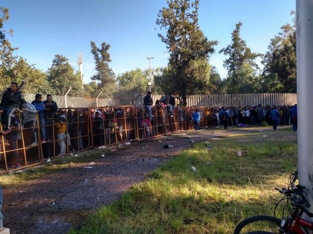 Hinchas de Boca hacen fila en Mendoza para ver al xeneize este domingo.