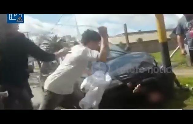Daniel Oyarzún golpea al motochorro luego de arrollarlo.