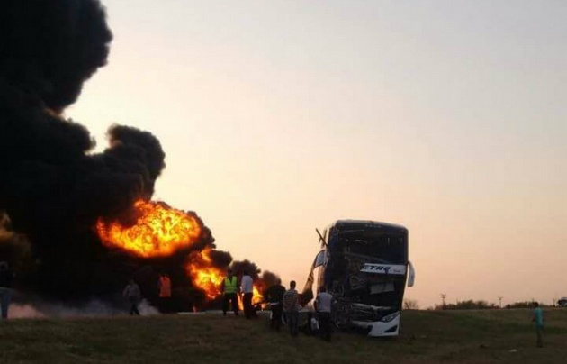 Un camión con combustible explotó al chocar con un colectivo.