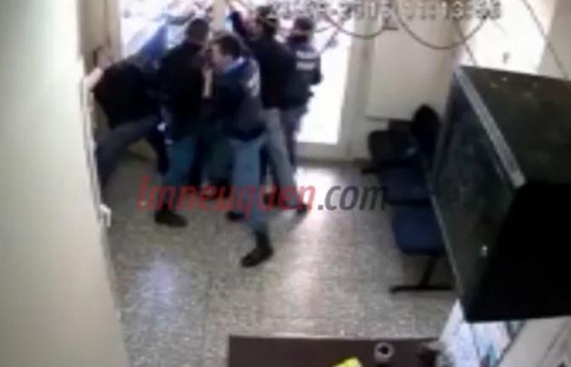 Los manifestantes se enfrentan con policías en el hall del edificio.
