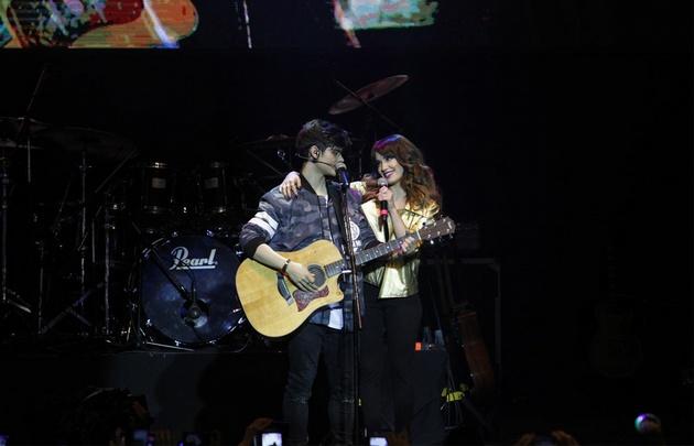 Lali y Abraham compartiendo escenario en el Luna Park.