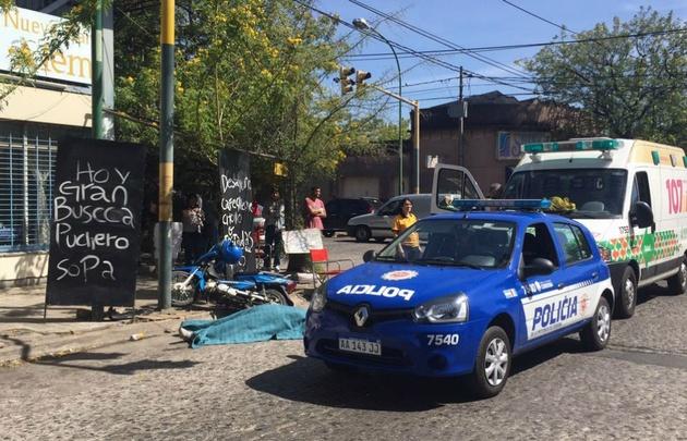 La moto terminó chocando contra los carteles negros.