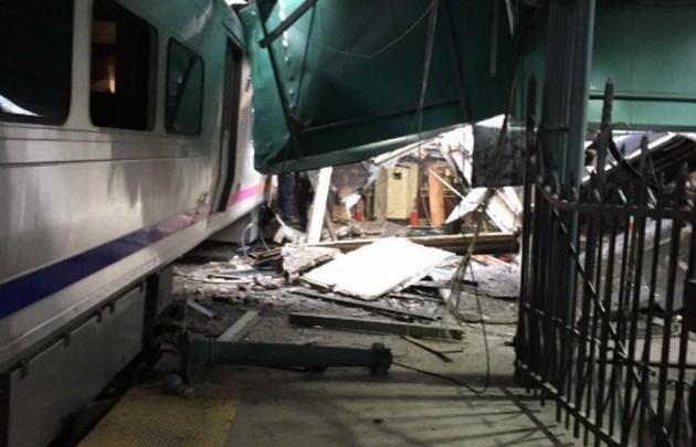 Importantes daños tras choque de tren contra la estación Lackawanna.