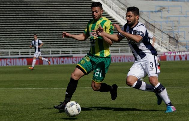 Gandolfi lucha por la pelota con Joel Acosta, delantero de Aldosivi.