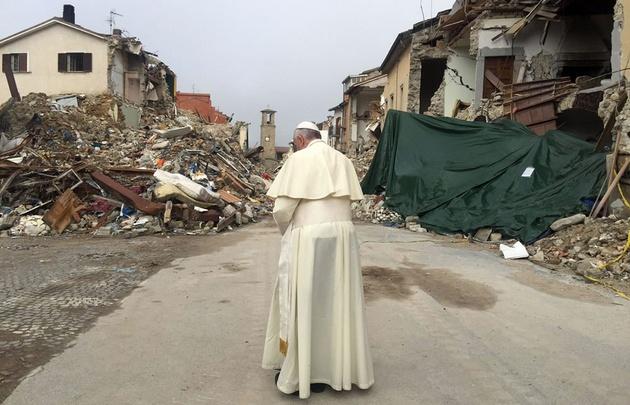 Francisco visitó Amatrice, una de las ciudades más afectadas por el sismo en Italia.