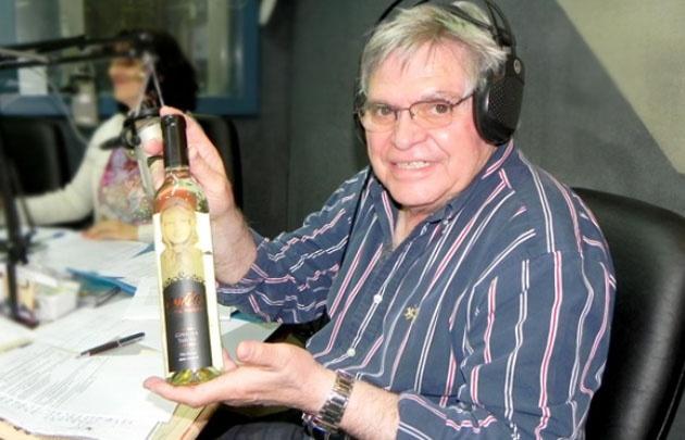 """Rony Vargas con su vino """"Anita de dos Puertos""""."""
