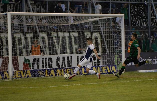 Jonathan Menéndez define el tercer gol de la ''T'' tras eludir a Ardente.