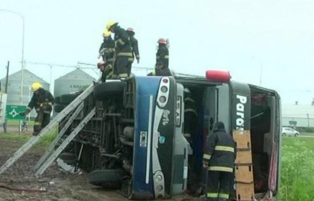 Bomberos durante las tareas de rescate (Foto: Gentileza Bragado Informa)