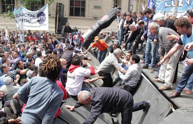 Se desplomó el palco en la previa del acto de la CGT en Córdoba.