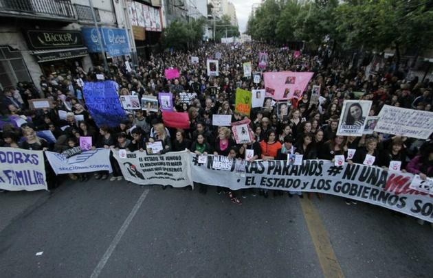 Una multitud marchó contra los femicidios en la capital cordobesa.