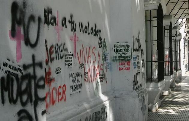 Tras la marcha #NiUnaMenos, tapan las pintadas en edificios históricos.