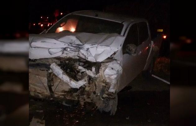 Uno de los vehículos involucrados quedó con graves daños tras la colisión.