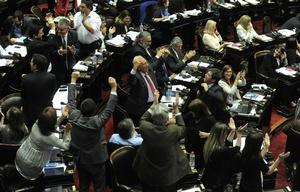 Legisladores del Frente para la Victoria celebran la derrota oficialista por un voto.