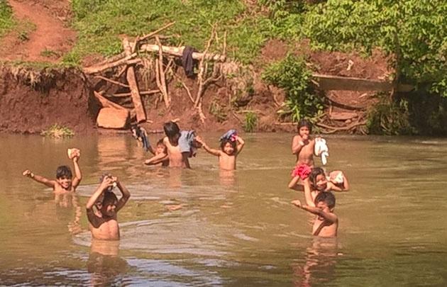 Los chicos cruzaban a nado el arroyo para poder ir a la escuela.