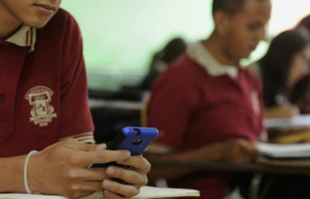 Celulares en el aula, el nuevo desafío en las escuelas bonarenses.