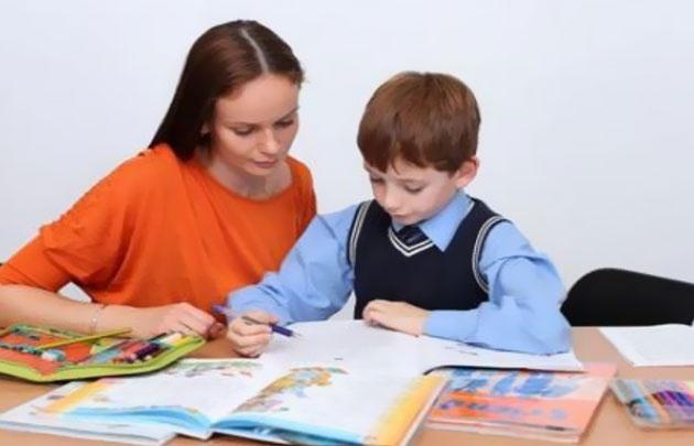 Al menos en los primeros años escolares, padres acompañan a los hijos con la tarea.
