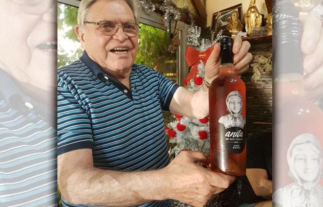 Rony Vargas con el vino medalla de oro.