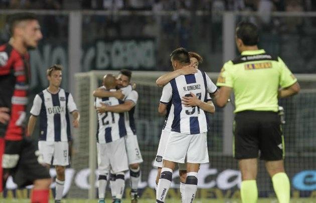 Los jugadores de Talleres festejan tras el triunfo sobre Patronato.