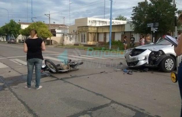 Así quedó el auto del juez y la moto (Foto: Rafaela Noticias).