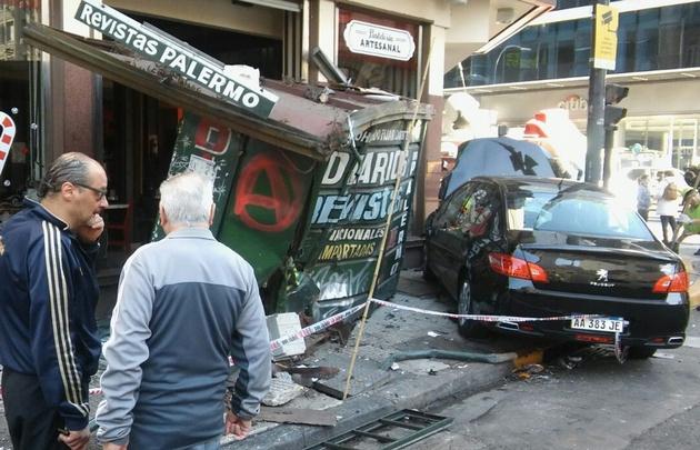 Así quedó el kiosko tras el accidente.