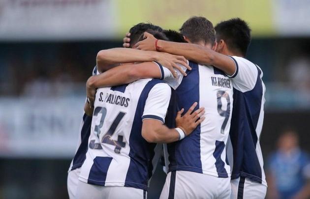 Los jugadores de Talleres se abrazan tras el tanto del entrerriano Ezequiel Godoy.