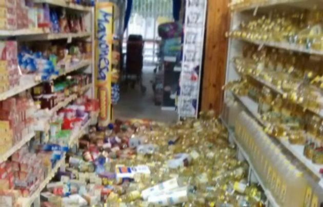 Mercadería caída de las góndolas de un supermercado en la localidad de Media Agua.