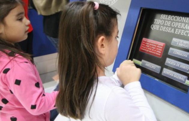 Autorizan a menores a usar tarjeta de débito.