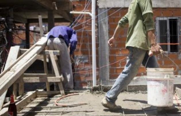 Preocupa el elevado índice de informalidad laboral en Argentina.