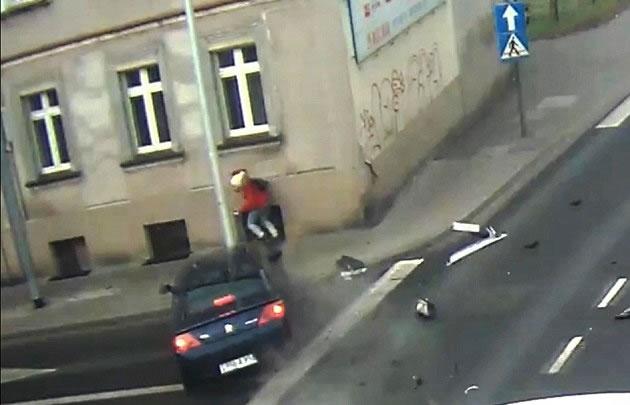 Una joven se salvó de morir arrollada gracias a un poste de luz.