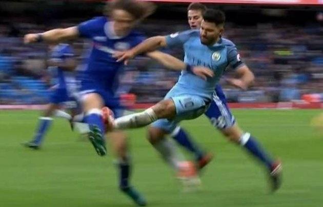 """""""El Kun"""" fue expulsado luego de la falta el sábado en la derrota ante Chelsea."""
