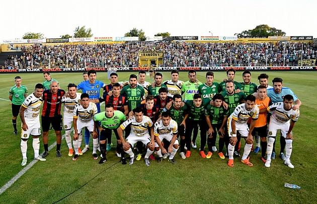 San Lorenzo homenajeó al Chapecoense, que lo eliminó de la Sudamericana.