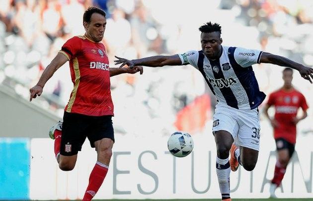 El atacante africano Okiki Afolabi jugó un tiempo en La Plata.