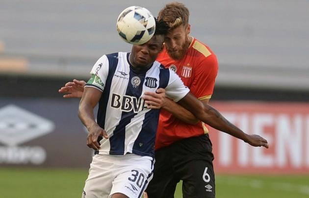 Okiki debutó con la casaca albiazul en el empate de Talleres en La Plata.