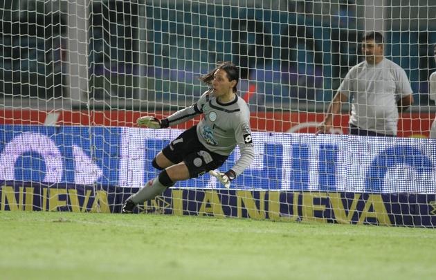 Juan Carlos Olave, en la jugada más importante del partido.