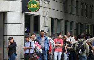 Largas filas en los cajeros (Foto: Archivo)