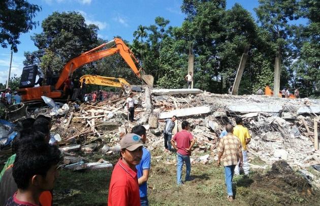 Los equipos buscan a posibles sobrevivientes entre los escombros.