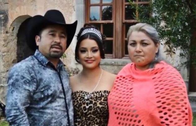 Rubí, junto a sus padres.