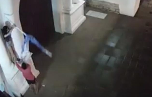 Una parejita robó una bandera de un convento santafesino.