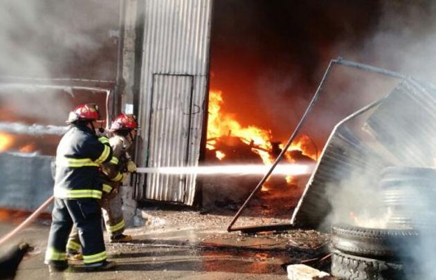 El fuego se desató a primeras horas de la mañana (Foto: @TroncosoGuille).