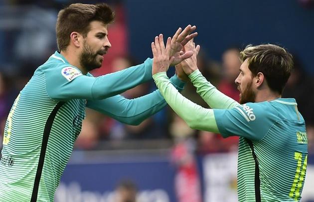 Piqué felicita a Messi tras uno de sus dos goles en Pamplona.