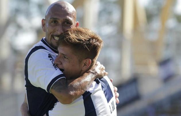 Guiñazú y Gil celebran el gol de Talleres.