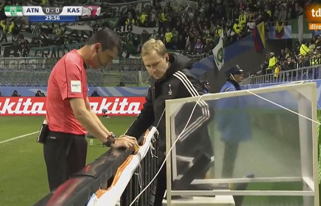 Viktor Kassai consultó la televisión para sancionar el polémico penal (Foto: Captura)