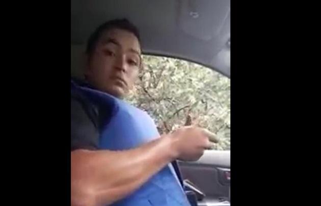 Las imágenes muestran al policía sentado al volante consumiendo cocaína.