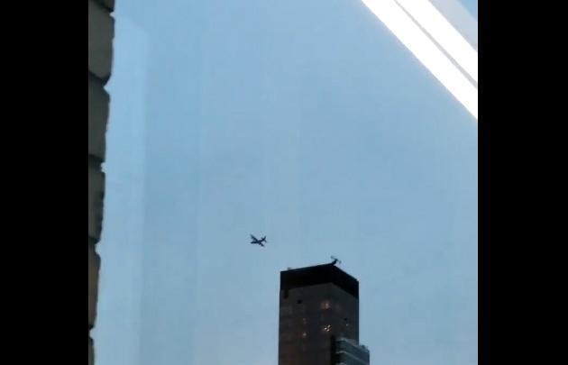 El avión pasó muy cerca de los edificios de Nueva York.