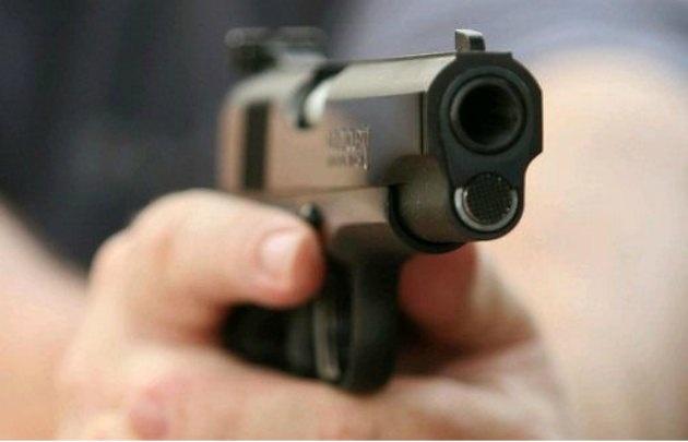 El ladrón disparó contra la familia pero la pistola se trabó.