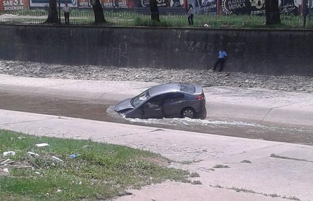 El vehículo terminó en el cauce del Río Suquía y fue sacado por los bomberos.