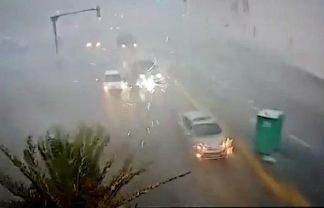 Un baño químico es arrastrado por las calles de la capital uruguaya.