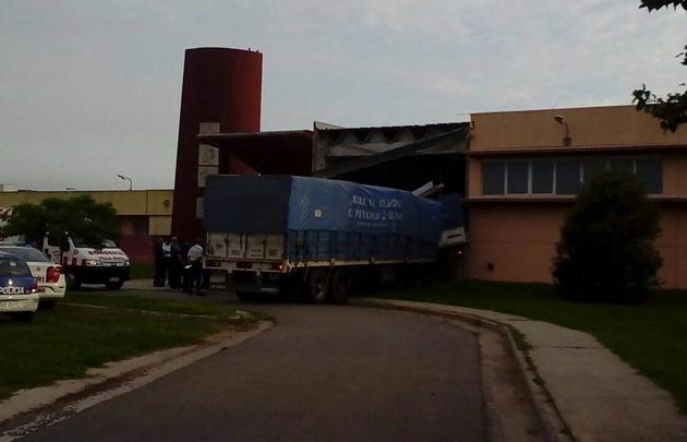 Entre 15 y 20 personas trabajan para quitar el camión del lugar.