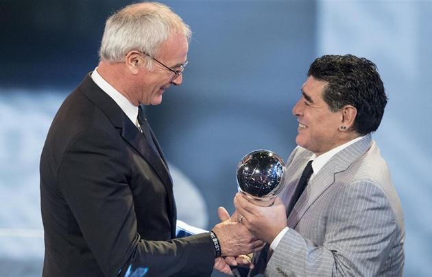 Maradona le entregó el galardón al DT italiano.